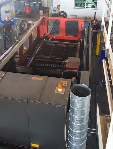 שאיבת עשן ממכונת חיתוך ברזל באמצעות לייזר