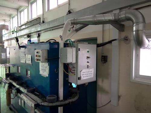 מערכת לשאיבה וסינון אבק ממתקן ניגוב חלקים במברשת
